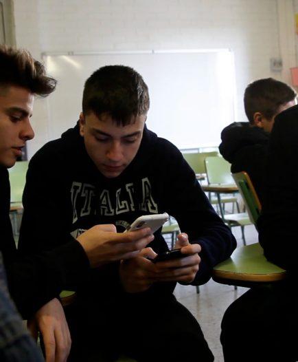 Un grupo de estudiantes verifica una fotografía