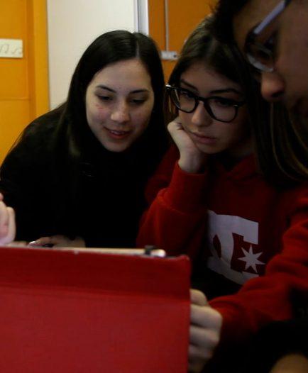 Un grupo de alumnos verificando una información