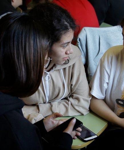 Un grupo de alumnas verificando un vídeo